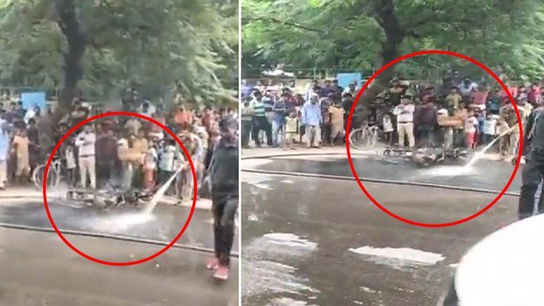 दिल्ली: नशेच्या अवस्थेत गाडी चालवणाऱ्या तरुणाला ट्रॅफिक पोलिसांनी आकारला भला मोठा दंड; तरुणाने चिडून बाईकच पेटवली (Watch Video)