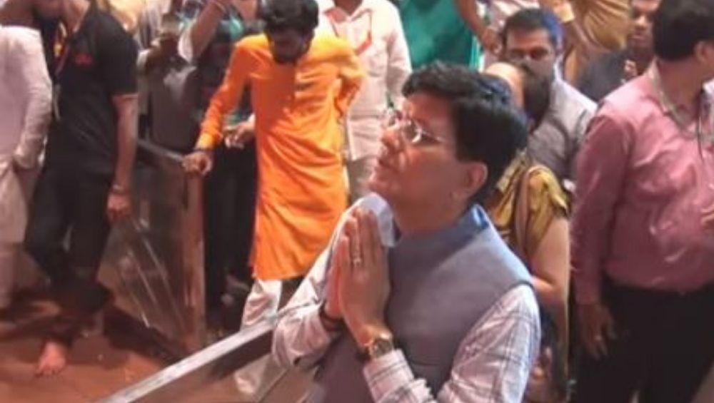 केंद्रीय रेल्वे मंत्री पियुष गोयल लालबागचा राजा चरणी दर्शनात मग्न; मुंबई लोकल रेल्वे मार्गाच्या पाण्यात गटांगळ्या