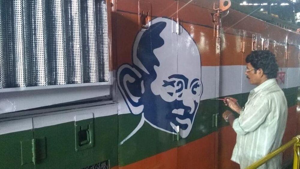 महात्मा गांधी 150 व्या जयंती निमित्त मध्य रेल्वे ची अनोखी मानवंदना; इंजिनावर झळकणार खास चित्र