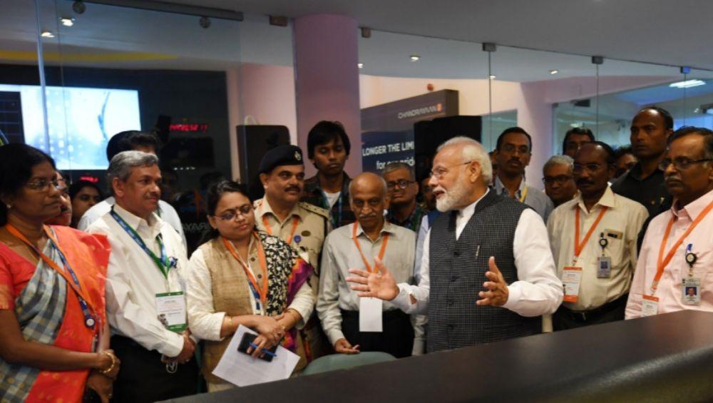 Chandrayaan 2: पंतप्रधान नरेंद्र मोदी यांच्याकडून ISRO च्या शास्त्रज्ञांच्या प्रयत्नांचं कौतुक; हार न मानता प्रयत्न सुरू ठेवण्याचा सल्ला