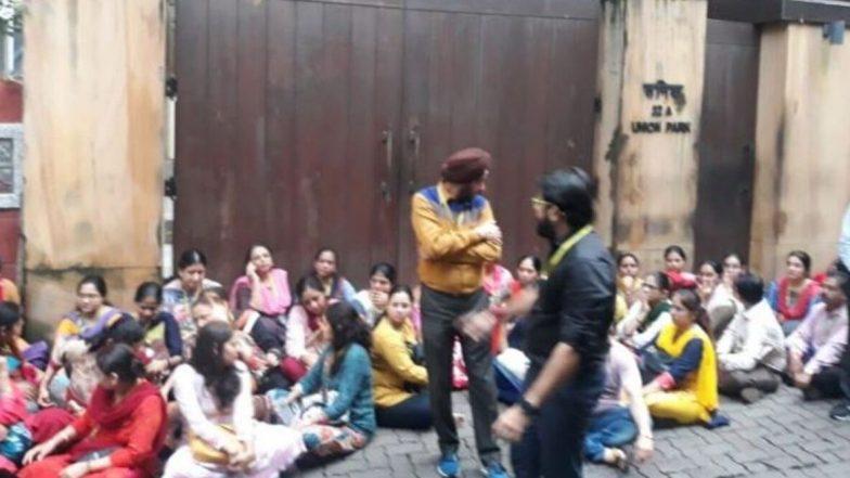 मुंबई: HDIL मालकाच्या घरासमोर  PMC बॅंक कर्मचार्यांची आंदोलनं