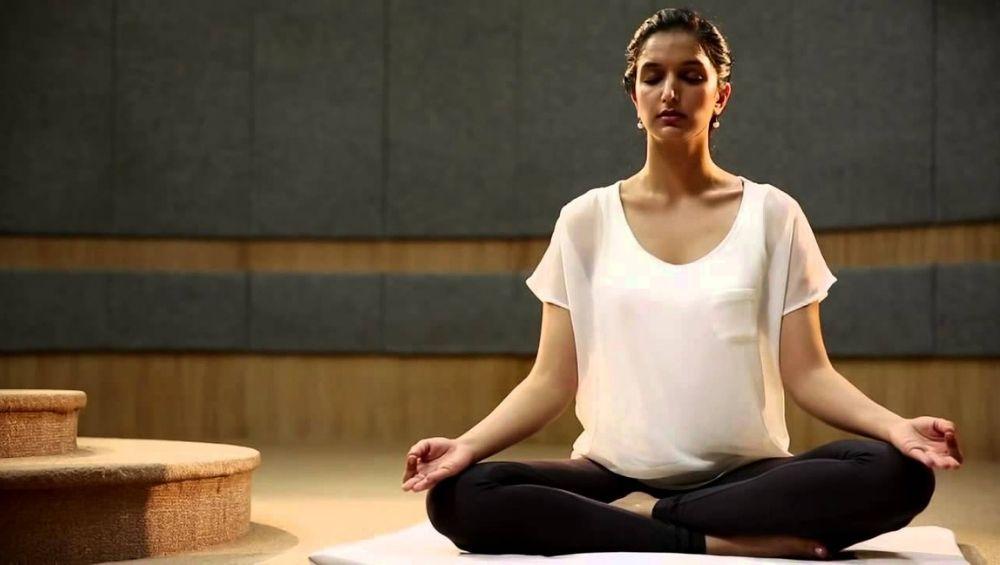 वयाच्या चाळीशीनंतर महिलांना आरोग्यासाठी फायदेशीर ठरतील 'ही' योगासने