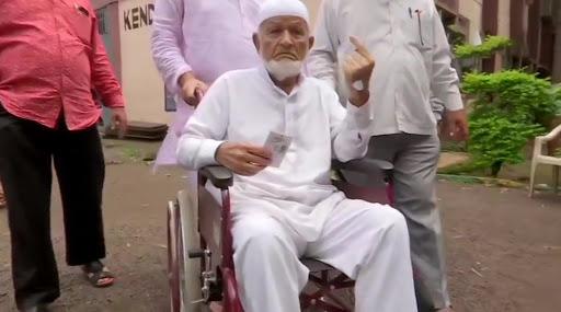 महाराष्ट्र विधानसभा निवडूक 2019: अरे व्वा! 102 वर्षांच्या मतदाराने केले मतदान; रुग्णालयात उपचार घेत असतानाही बजावले कर्तव्य