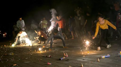 Diwali 2019: घरात सुख, समृद्धी आणि लक्ष्मी नांदवावी यासाठी 'या' वस्तू फेका घराबाहेर