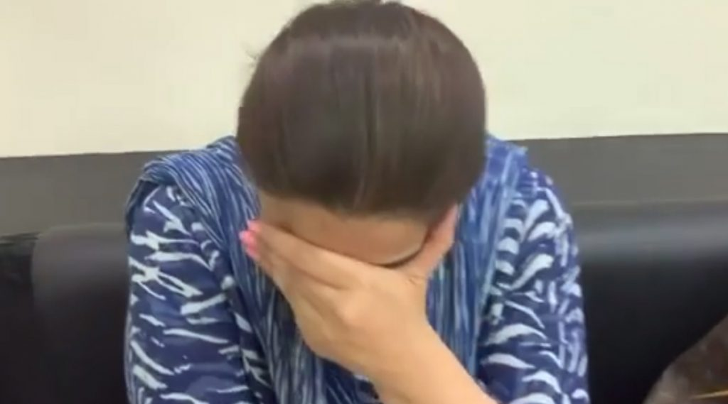अभिनेत्री सारा अली खानच्या या कृत्यामुळे आई अमृता सिंग ला लपवावे लागले आपले तोंड, Watch Video