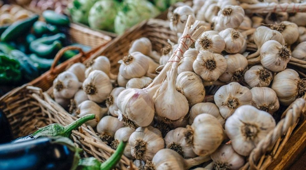 कांदा-टोमॅटोच्या भाववाढीनंतर आता लसूणचे दर 300 रुपये प्रति किलोवर