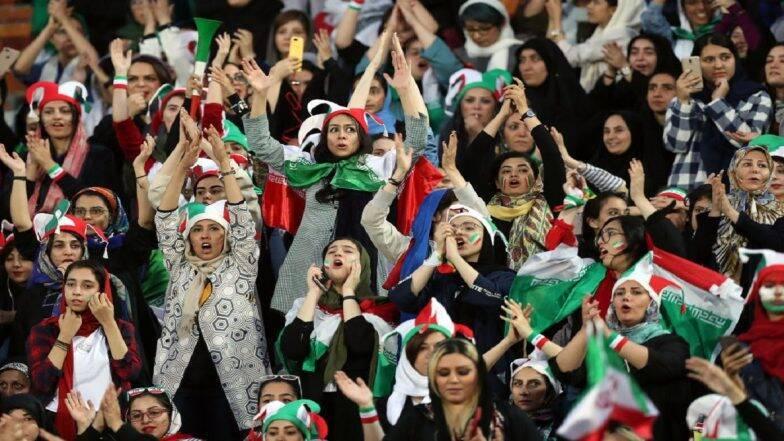 ईराणी महिलांनी 40 वर्षांची परंपरा मोडत फूटबॉल स्टेडियम मध्ये एकत्र पहिला FIFA World Cup Qualifier चा सामना