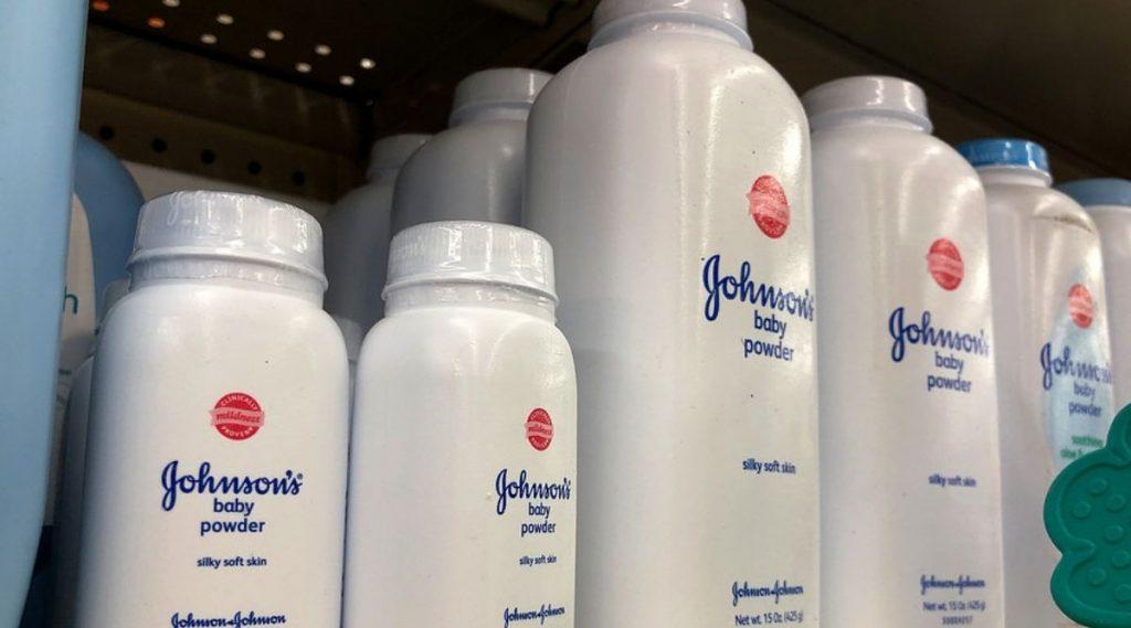 Johnson's Baby पावडर मध्ये कॅन्सरकारक तत्व आढळून आल्याने कंपनीने पुन्हा मागवले 33 हजार डबे