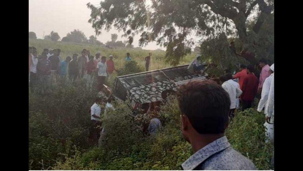 पीएम नरेंद्र मोदींच्या सभेच्या बंदोबस्तासाठी गेलेल्या पोलिसांच्या गाडीला अपघात; 15 जण जखमी, धनंजय मुंडेंनी केली मदत