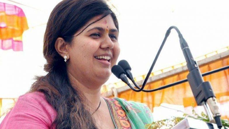 महाराष्ट्र विधानसभा निवडणूक 2019: 'येत्या 24 तारखेला रात्रीच्या 12 वाजून 12 मिनिटांनी राष्ट्रवादीचे घड्याळ कायमचे बंद पडणार'; राज्याच्या ग्रामविकास मंत्री पंकजा मुंडे यांचा NCP ला टोला