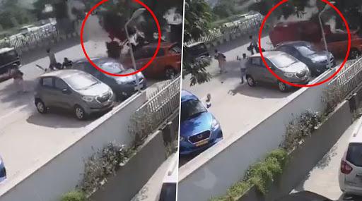 चालकाचे गाडीवरील नियंत्रण सुटल्याने हैदराबादमध्ये फ्लायओव्हरवरुन कोसळली कार; पाहा अंगावर काटा आणणारा व्हिडिओ
