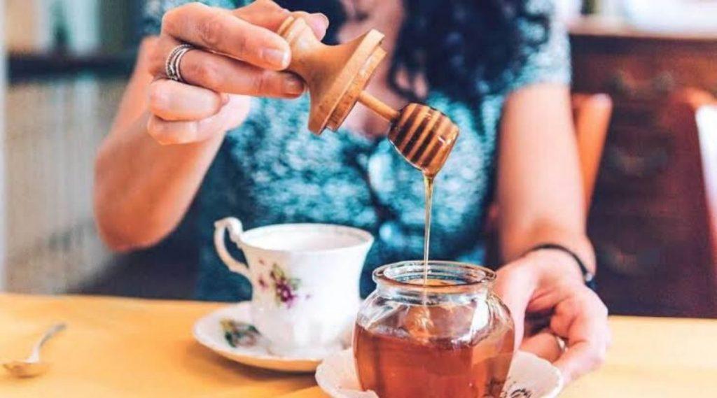 चहामध्ये साखर वापरण्यापेक्षा मध का उत्तम? जाणून घ्या कारण