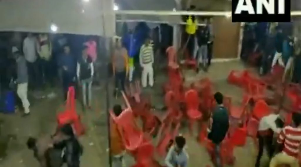 हरिद्वार मध्ये बसण्याच्या जागेवरून प्रेक्षकांमध्ये वाद; खुर्च्या फेकून हाणामारी (Video)
