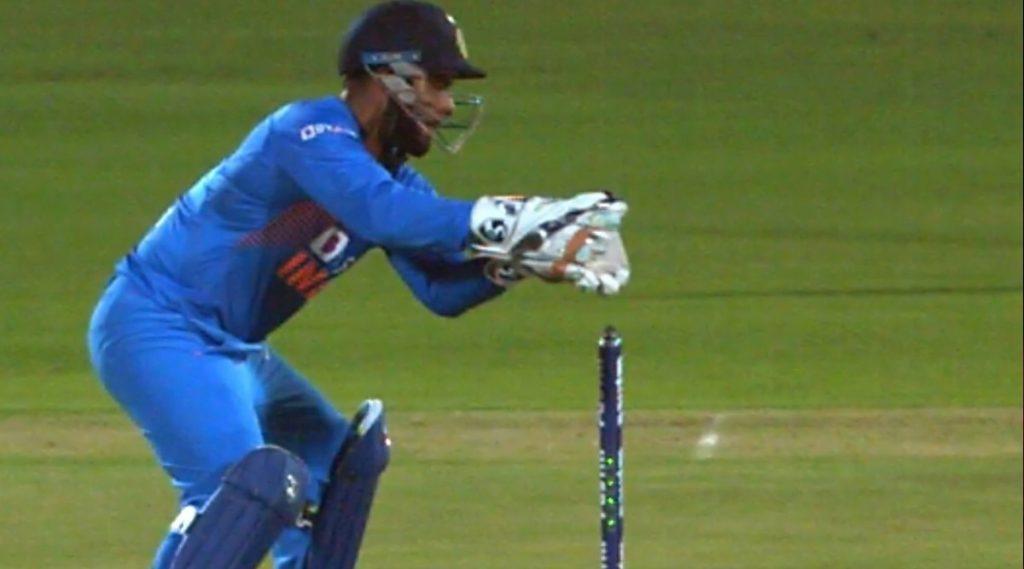 IND vs BAN 2nd T20I: रिषभ पंत याच्या चुकीच्या Stumping वर भडकले Netizens, झाली एम एस धोनी याची आठवण, पाहा Tweets