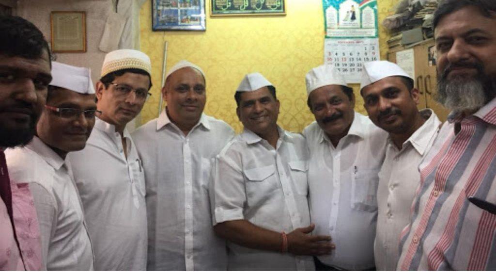 अयोध्या निकालानंतर मुंबईच्या डब्बेवाल्यांनी घेतली मुस्लिम बांधवांची भेट; भेंडी बाजार मध्ये पाहायला मिळाला एकतेचा सोहळा (Watch Video)