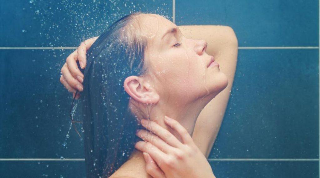 हिवाळ्यात गरम पाण्याने किती वेळात अंघोळ करावी, नाहीतर होईल नुकसान