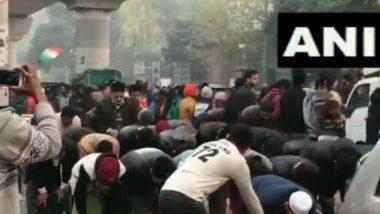 दिल्ली: जामिया मिला इस्लामिया युनिव्हसिटीच्या बाहेर मुस्लिम विद्यार्थ्यांनी अदा केली नमाज, अन्य धर्मियांनी दिले मानवी साखळीच्या माध्यमातून संरक्षण (Video)