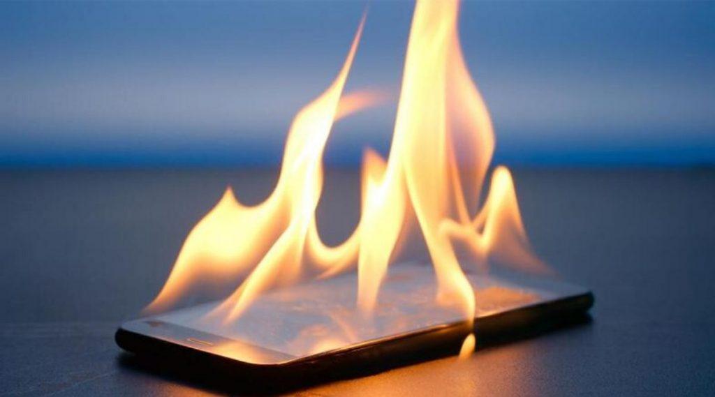 स्मार्टफोनला आग लागण्याच्या दुर्घटनेपासून दूर राहण्यासाठी 'या' पद्धतीने घ्या खबरदारी