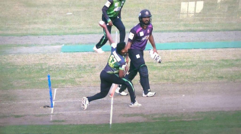 BPL 2019-20: बीपीएलच्या पहिल्या मॅचमध्ये फ़िक्सिसिंगचासंशय, 'या' वेस्ट इंडिज गोलंदाजाने टाकला चकित करणारा वाईड आणि नो-बॉल, पाहा हा Video