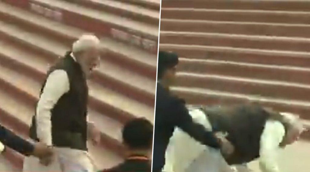 Watch Video: कानपूर येथील गंगा घाटच्या पायऱ्या चढताना पंतप्रधान नरेंद्र मोदी पाय घसरून पडले