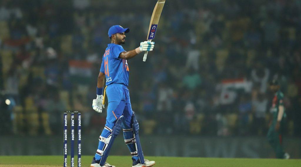 IND vs WI 2nd ODI: श्रेयस अय्यर ने 49 धावांवरच व्यक्त केला अर्धशतकपूर्तीचा आनंद, विराट कोहलीने इशारा करत दाखवला धावफलक; युजर्सने घेतलीफिरकी