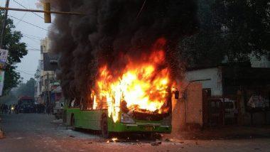 नागरिकत्व दुरुस्ती कायद्याच्या विरोधात राजधानी दिल्लीत आंदोलकांचा हिंसाचार; बसेस आणि दुचाकी जाळल्या