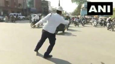 छत्तीसगढ: डान्सींग ट्रॅफिक पोलीस मोहम्मद मोहसिन शेख यांचे काम पाहून वाहनचालकही खूश, वाहतूक नियंत्रणात (Video)
