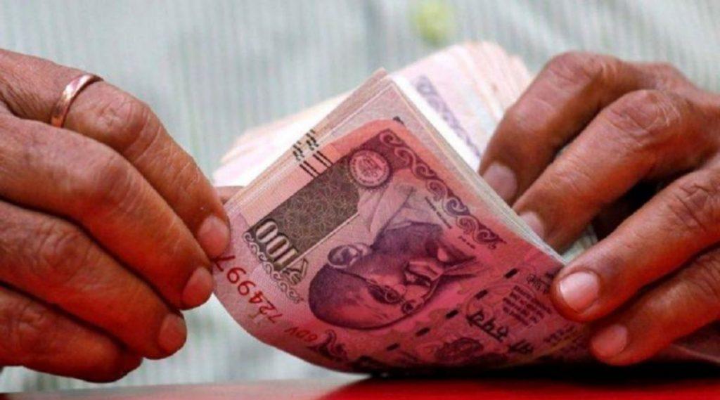 7th Pay Commission: लाखो कर्मचाऱ्यांना केंद्र सरकार कडून दिले जाणार नव वर्षाचं गिफ्ट, 10 हजार रुपयापर्यंत वेतन वाढण्याची शक्यता