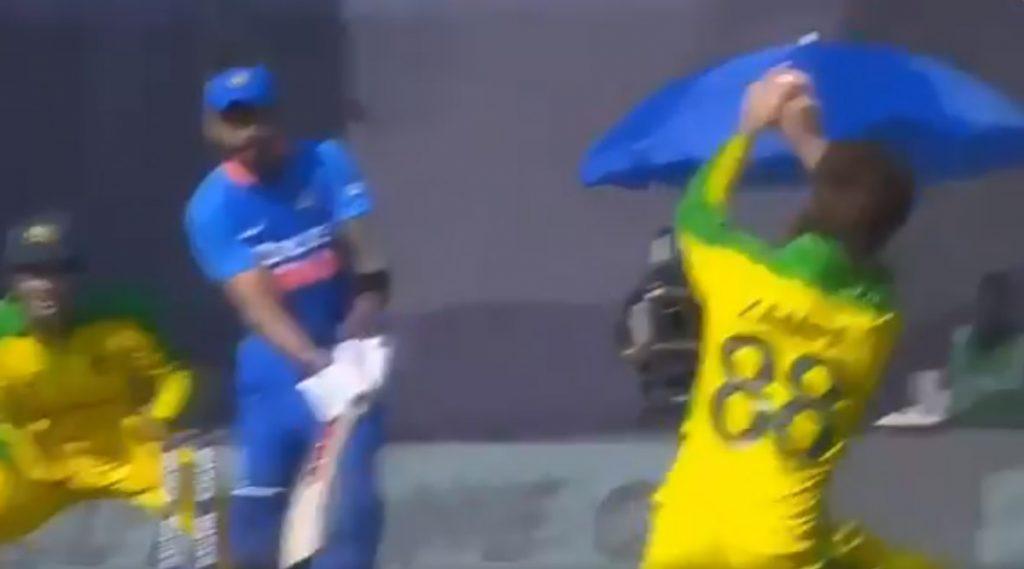 Video: टीम इंडियाविरुद्धपहिल्या वनडेमध्येअॅडम झांपा याने आपल्याच चेंडूवर पकडला विराट कोहलीयाचाअफलातून कॅच