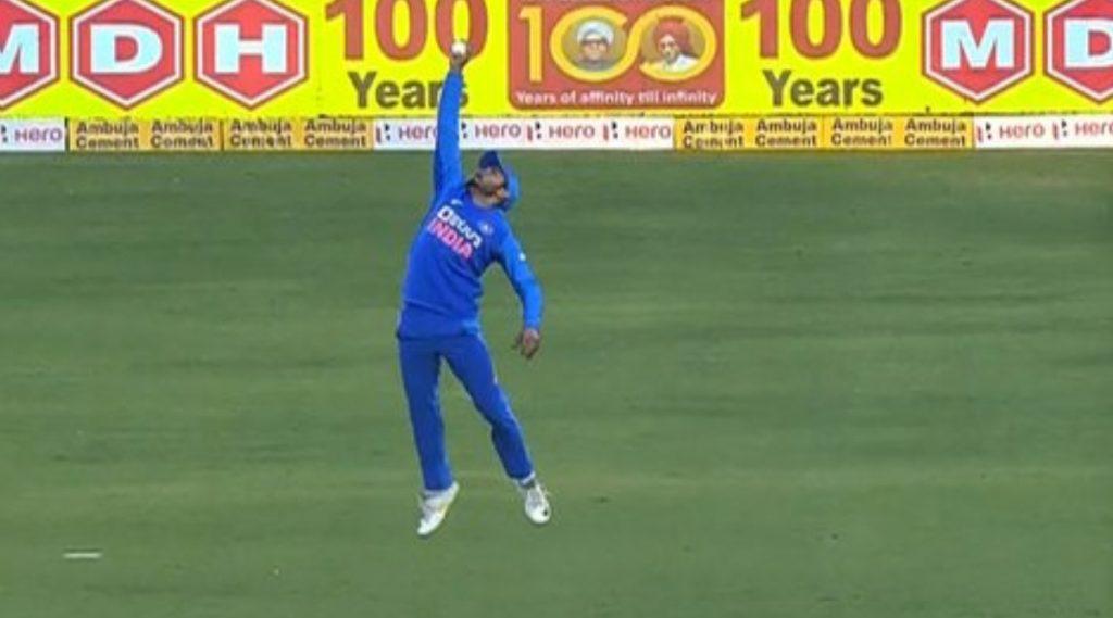 IND vs AUS 2nd ODI: मनीष पांडे याने डेविड वॉर्नरला बाद करण्यासाठी पकडलेलाएक हाती सुपरमॅन स्टाईल कॅच पाहून सर्वांनाच बसला धक्का, पाहा हा Video