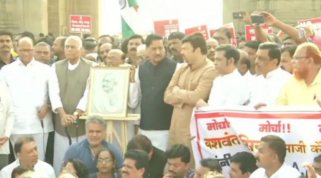 मुंबई: CAA  विरोधात 'गांधी शांती यात्रा'; शरद पवार, यशवंत सिन्हा सह बड्या नेत्यांची उपस्थिती