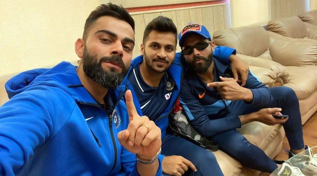 IND vs SL 3rd T20I: श्रीलंकाविरुद्धपुणे टी-20 सामन्याआधी विराट कोहली याने शेअर केलीशार्दूल ठाकूर आणि रवींद्र जडेजा यांच्यासोबतचीसेल्फी