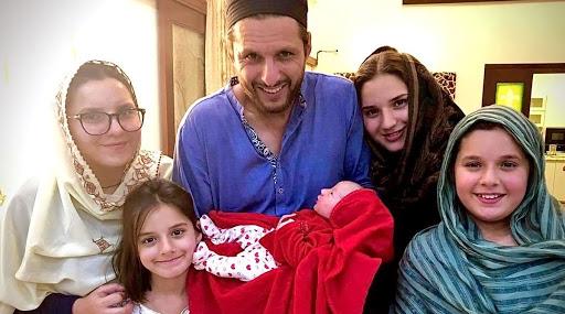 पाकिस्तानी क्रिकेट संघाचा माजी कर्णधार शाहिद आफ्रिदी झाला पाचव्यांदा बाप, पत्नी नादियाने दिला कन्यारत्नाला जन्म; फोटो शेअर करत दिली गुड न्यूज