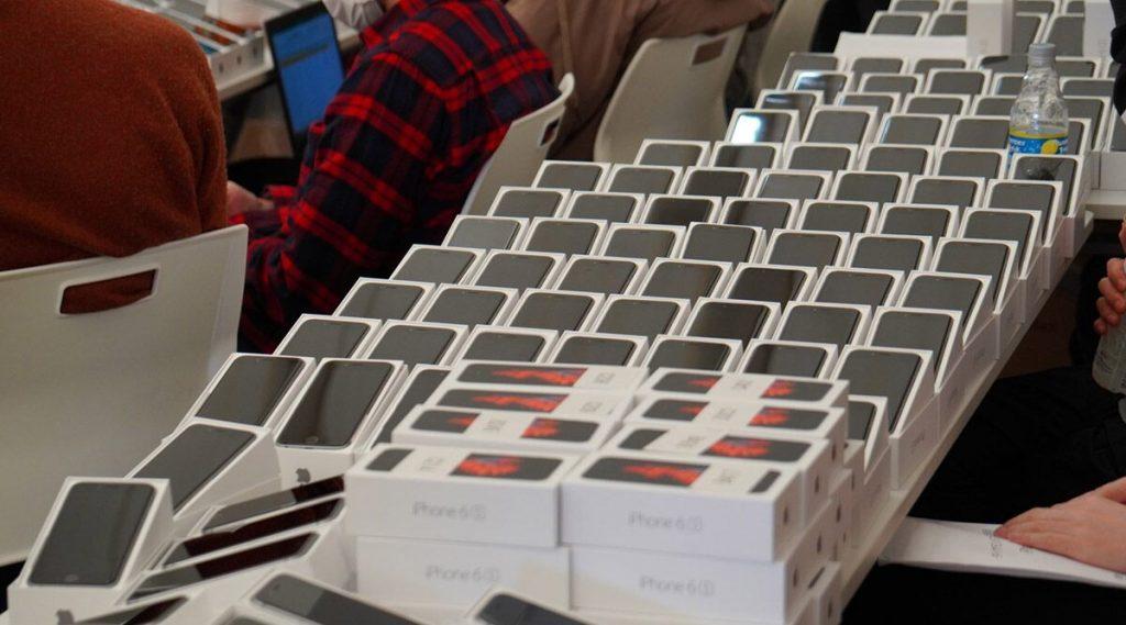जपान सरकारने कोरोना व्हायरस मुळे संक्रमित होऊन जहाजावर अडकलेल्या लोकांना केले 2 हजार आयफोनचे वाटप