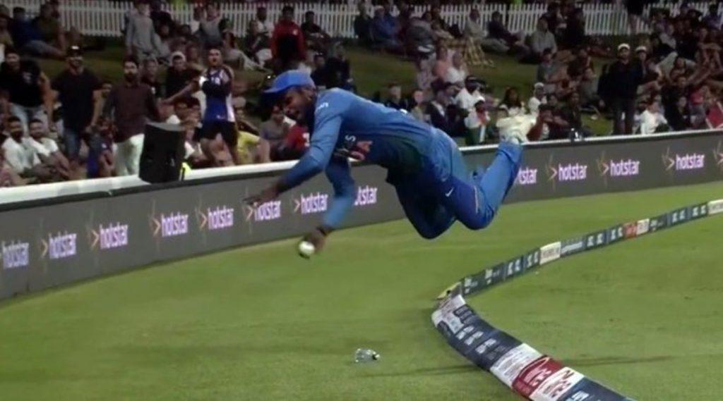 Video: संजू सॅमसन याची जबरदस्तफील्डिंग, 'सुपरमॅन' उडी मारत षटकारवाचवल्याबद्दल Netizens कडून कौतुक