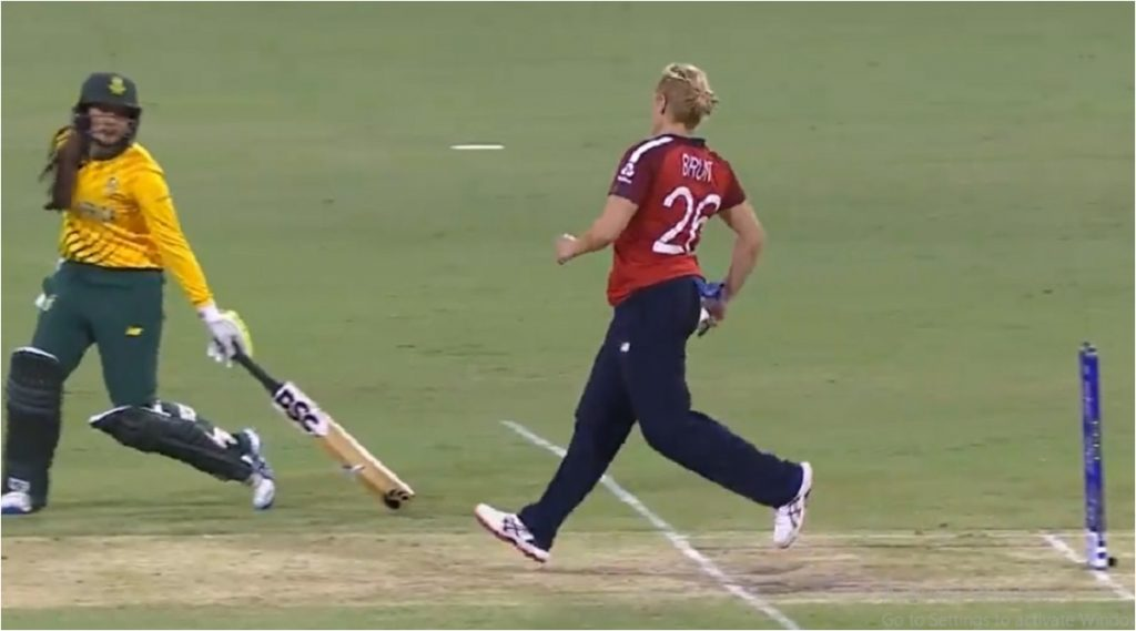 Women's T20 World Cup 2020: इंगलंडच्याकैथरीन ब्रंटने दक्षिण आफ्रिकी फलंदाजा ला नाही केले 'मंकड' आऊट,खेळाडू वृत्तीचे Netizens कडून कौतुक (Video)