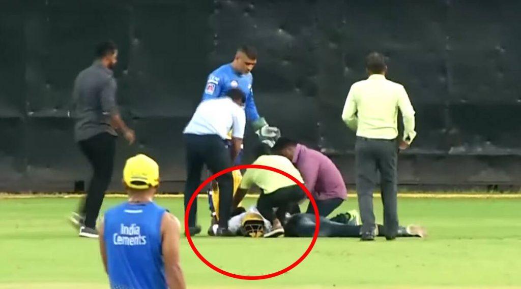 Video: CSK सराव सत्रात एमएस धोनीच्याचाहत्यानेतोडली सुरक्षा, मैदानात धाव घेत 'Thala' च्यापायाला केला स्पर्श