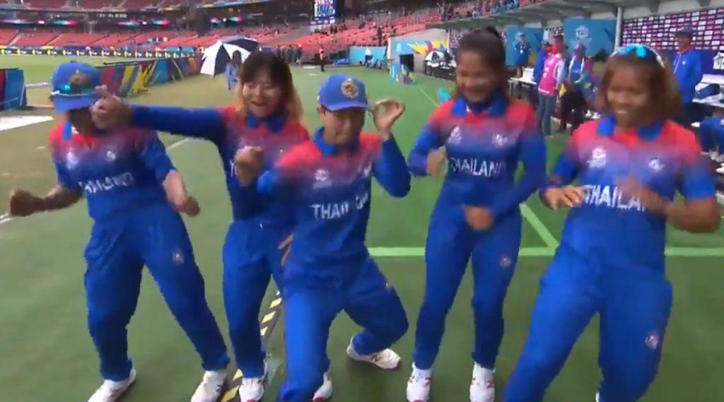 Women's T20 World Cup 2020: पावसाने व्यत्यय आणलेल्या सामन्यात थायलंड महिला टीमने केलेला डांस पाहून तुम्हालाही वाटेल थिरकावेसे (Video)