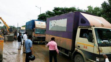 Coronavirus: मुंबई-पुणे महामार्गावर अत्यावश्यक सेवा लिहिलेल्या टेम्पो मधून 25-30 जणांची वाहतूक