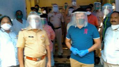 मुंबई: धारावी पोलिस स्टेशन बाहेर  खासदार राहुल शेवाळे यांनी उभारली Sanitization Tent; कोरोना व्हायरस लॉकडाऊन दरम्यान कर्तव्य बजावणार्या पोलिसांच्या सुरक्षेसाठी खास उपाययोजना