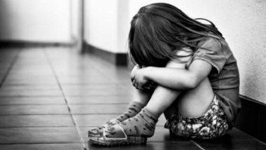 आई-वडिलांच्या निर्दयीपणा! मुलांना साखळदंडाने बांधून उलटे लटकावले