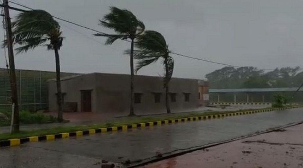 Amphan Cyclone Update: अम्फान चक्रिवादळाचा वेग वाढला; ओडिशामध्ये वेगवान वारे, किनारपट्टीवरील तीन लाख नागरिकांना सुरक्षीत ठिकाणी हालवलं
