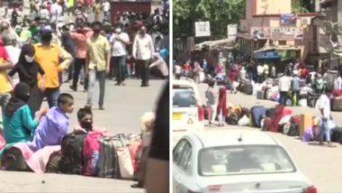मुंबई: धारावी मधील स्थलांतरित मजूरांची स्वगृही परतण्यासाठी धडपड; रेल्वे स्टेशनला जाणाऱ्या बसेससाठी लांबच लांब रांगा