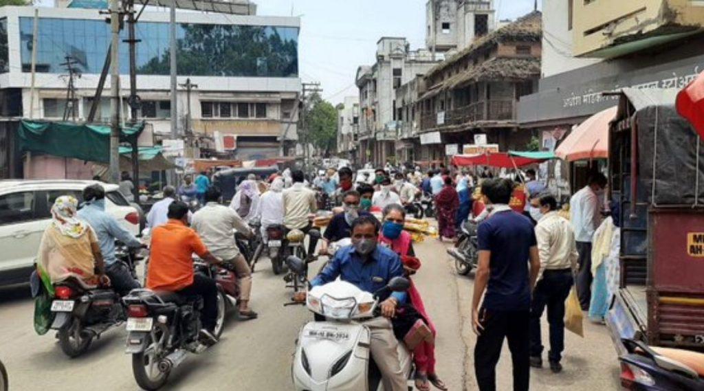 महाराष्ट्र: धुळे येथे लॉकडाउन आणि संचारबंदी कायम असताना दुकानदारांसह नागरिकांकडून नियमांचे उल्लंघन