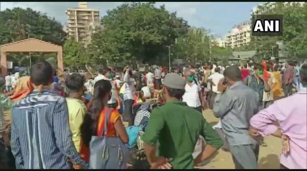 मुंबई: उत्तर प्रदेशाला जाणाऱ्या 2 ट्रेन रद्द झाल्याने कांदिवली येथील महावीर नगर मध्ये स्थलांतरीत मजूरांची तोबा गर्दी; पाहा फोटोज