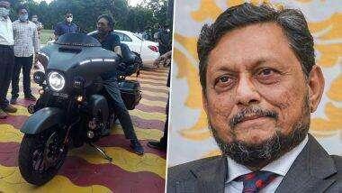 CJI Bobde Spotted Checking Out Harley Davidson: जेव्हा भारताचे सरन्यायाधीश शरद अरविंद बोबडे यांना झाला हार्ले डेविडसन बाइक चालवण्याचा मोह (See Photos)