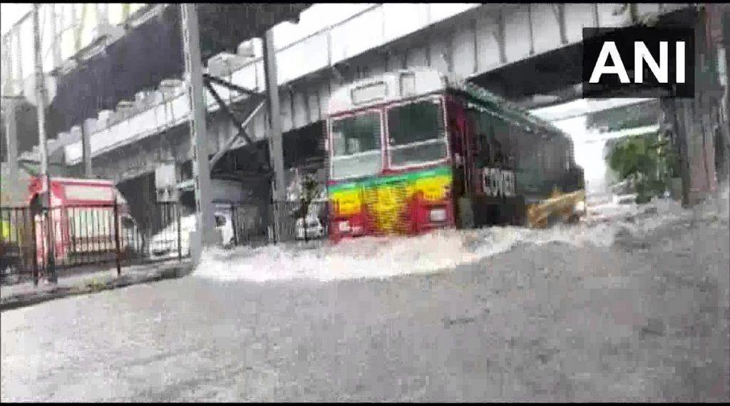 Mumbai Rains: मुंबई सह उपनगरांमध्ये पावसाची दमदार हजेरी; सायन परिसरातील सखल भागात पाणी साचले (See Pics)