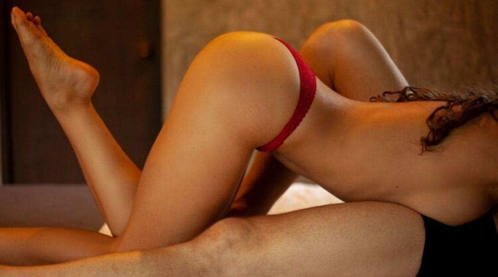 Hot Sex Tips: सेक्स पोझिशन्स च नव्हे तर हॉट सेक्स लाईफ साठी आवश्यक असतात 'या' 5 गोष्टी, जाणुन घ्या