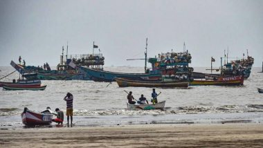 Cyclone Nisarga: रत्नागिरी किनारपट्टीवर खवळलेल्या समुद्रात अडकलेल्या 10 नाविकांची सुखरुप सुटका