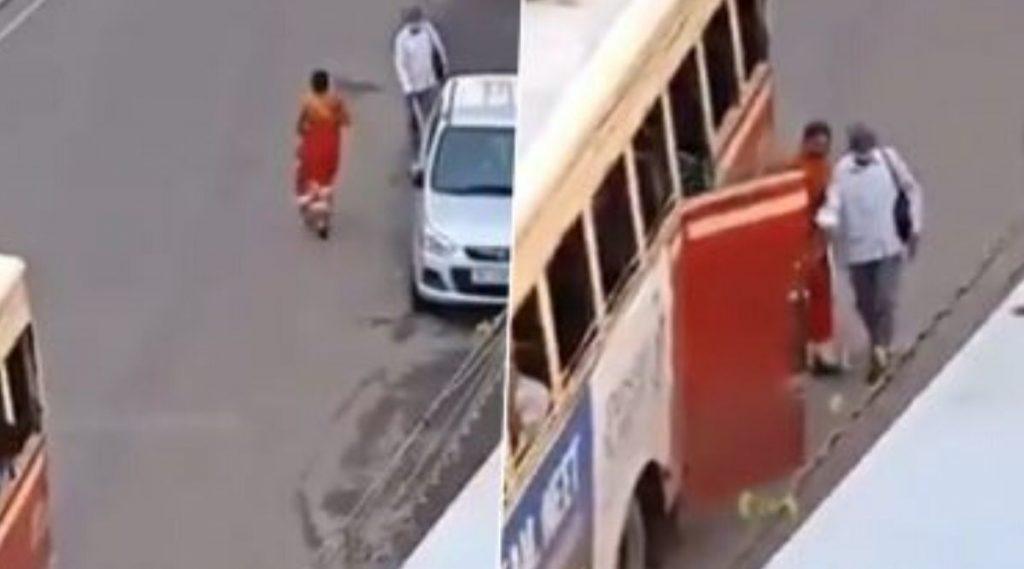 अंध व्यक्तीला बसमध्ये चढण्यासाठी धडपड करणार्या महिलेचा व्हिडिओ  व्हायरल; अभिनेता रितेश देशमुख सह नेटकर्यांनी तिच्या 'कणवे' बद्दल व्यक्त केल्या अशा भावना! (Watch Video)